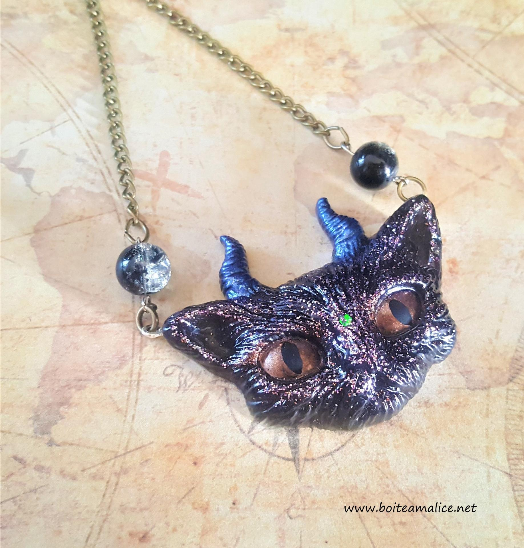 Collier chat corne